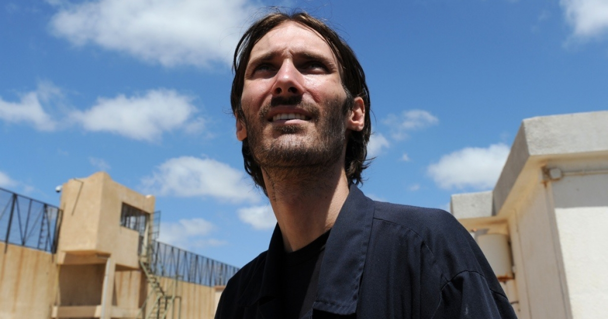 US freelance filmmaker Matthew VanDyke stands outside the Abu Salim prison in the Libyan capital Tripoli on August 30, 2011. VanDyke was held by the Gaddafi regime for several months before he was freed. Now he said he is fighting with the anti-Gaddafi rebels.</p>
