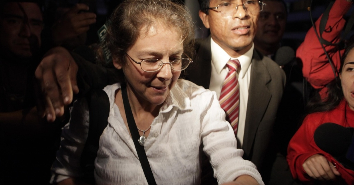 US citizen Lori Berenson and her husband and lawyer Anibal Apari arrive at their home in Lima after her release from jail on November 8, 2010.</p>