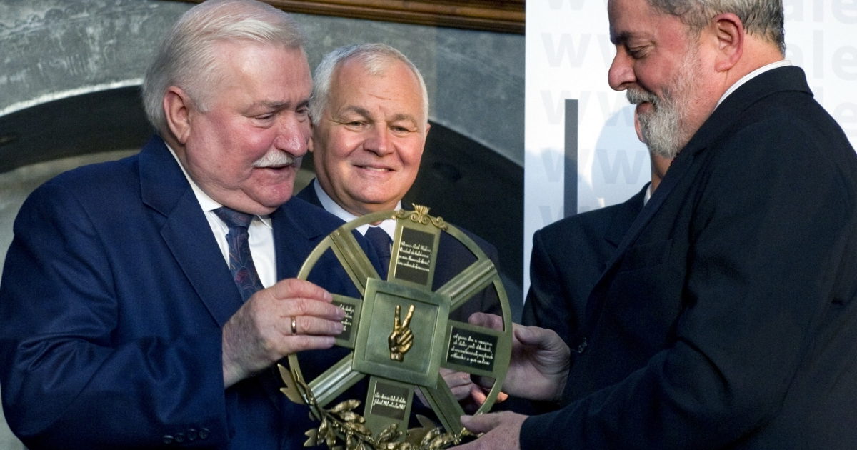 Luiz Inácio Lula da Silva (R) recieves the Lech Walesa Award from Lech Walesa (L) on Sept. 29, 2011. The former president of Brazil was awarded the prize for his efforts to achieve peaceful cooperation and understanding between nations, to strengthen the role of developing countries in world affairs and to reduce social inequality.</p>