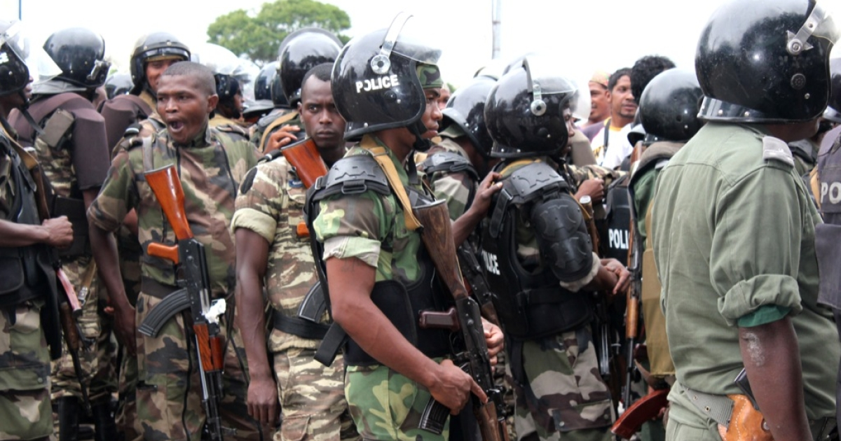 Police cordons off a crowd of people gathered outside the airport of Antananarivo waiting for the reported arrival of Madagascar's ousted leader Marc Ravalomanana on Jan. 21, 2012.</p>