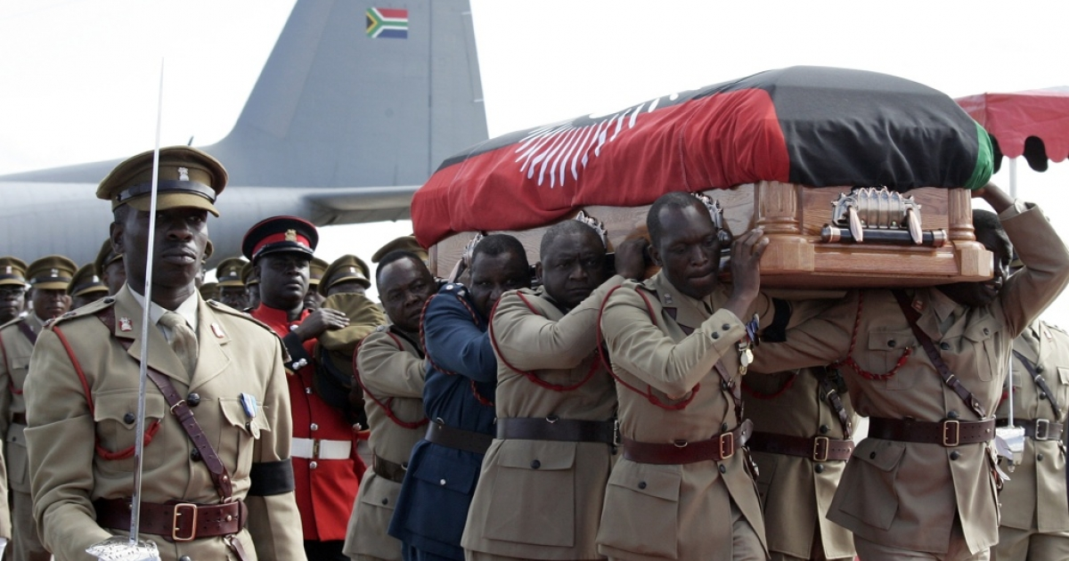 Malawi pallbearers carry the casket with the remains of Malawi's late President Bingu wa Mutharika at Kamuzu International Airport in Lilongwe on April 14, 2012.</p>