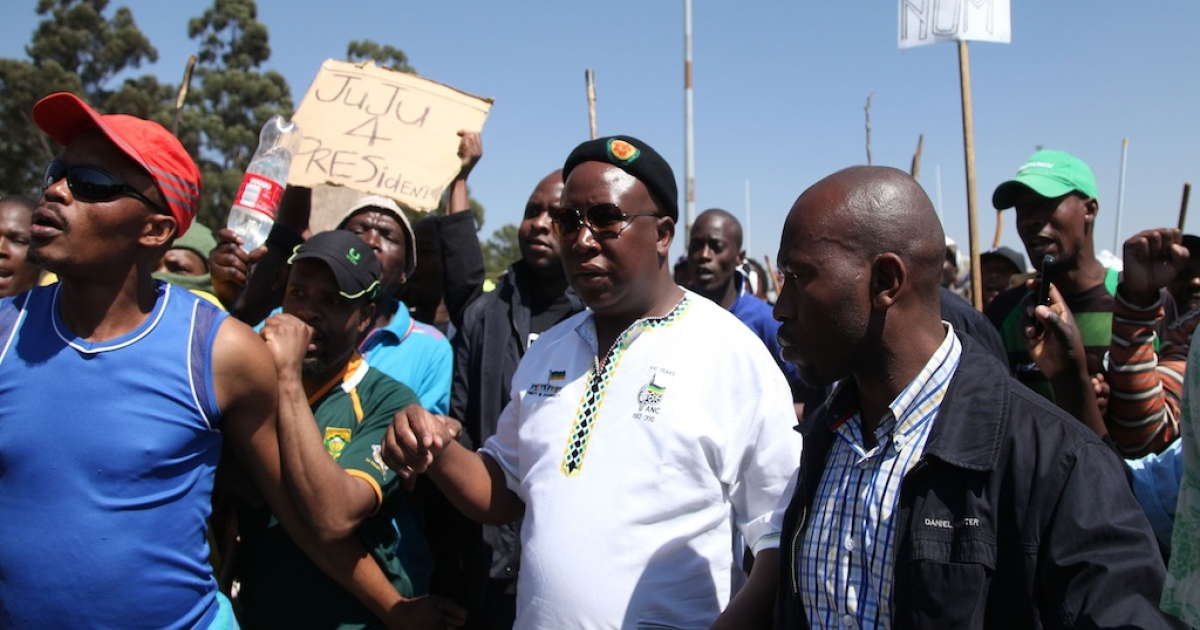 Julius Malema (center), pictured at the Gold Fields Driefontein mine in Carletonville, South Africa on Sept. 11. Malema called on mine workers to strike until mining giants bow to a 12,500 rand (1,526 US dollar) basic salary demand. Malema, who was expelled early this year from the ruling African National Congress (ANC) for ill-discipline, has quickly become a leading figure for workers.</p>