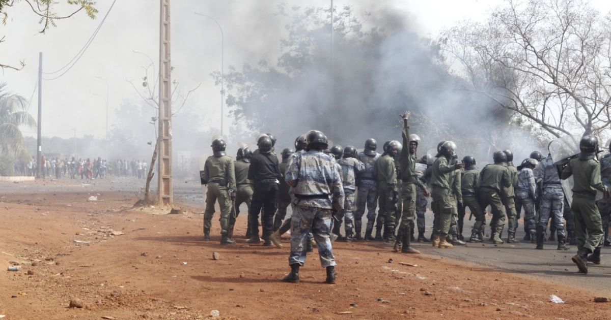 Security forces stand in front of relatives and supporters of soldiers fighting rebels Tuareg in the north, during a protest against the 'weak' response to attacks by the rebels, in Bamako on February 2, 2012. Malian President Amadou Toumani Toure has urged citizens not to attack civilian Tuareg, after retaliatory attacks on the community following the resumption of the Tuareg rebellion.</p>