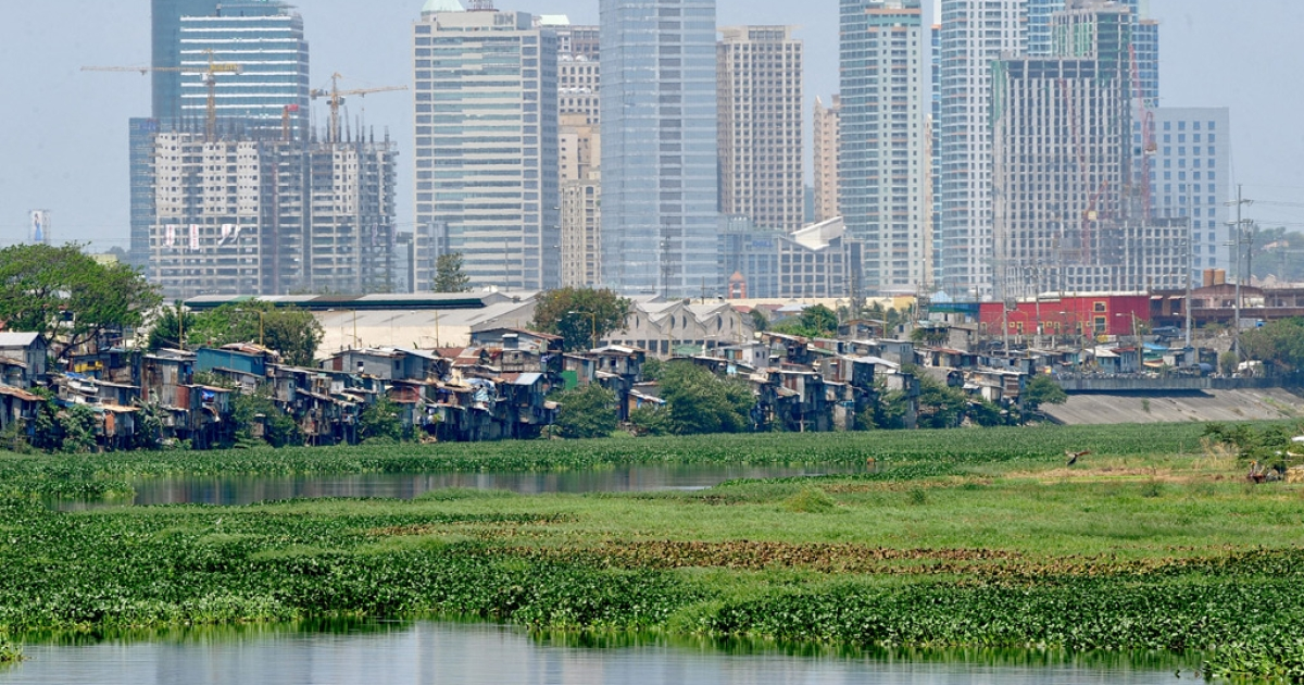 Squatter shanties perch precariously along waterways in Manila on March 17, 2011</p>