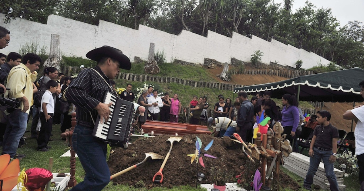 Relatives and friends of Mexican journalist Victor Baez attend his funeral in Xalapa in Veracruz state on June 15, 2012. Attacks on funerals in Mexico are not common.</p>