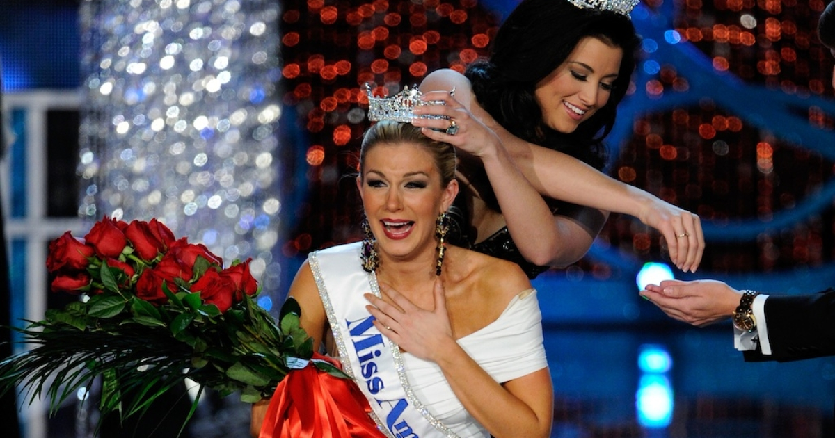 Miss America 2012 Laura Kaeppeler crowns Mallory Hytes Hagan of New York, the new Miss America during the 2013 Miss America Pageant at PH Live at Planet Hollywood Resort &amp; Casino on January 12, 2013 in Las Vegas, Nevada.</p>