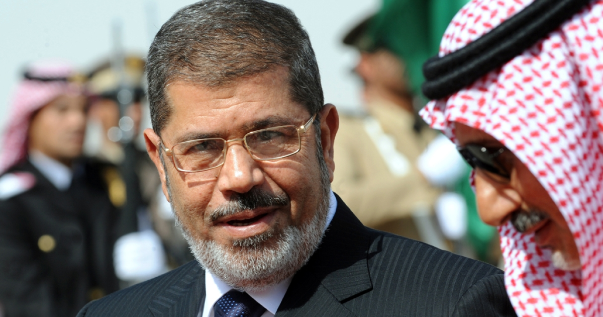 Egypt's President Mohamed Morsi (L) speaks with Saudi Emir Mohammed Bin Saad Bin Abdulaziz, acting deputy Emir of the Riyadh region upon his arrival at Riyadh airport to attend the third Arab Economic, Social and Development Summit, on January 21, 2013 in Riyadh.</p>