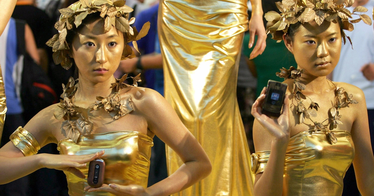 Chinese models show off Motorola handsets during a promotion at Beijing's Forbidden City concert hall on Aug. 28, 2006.</p>