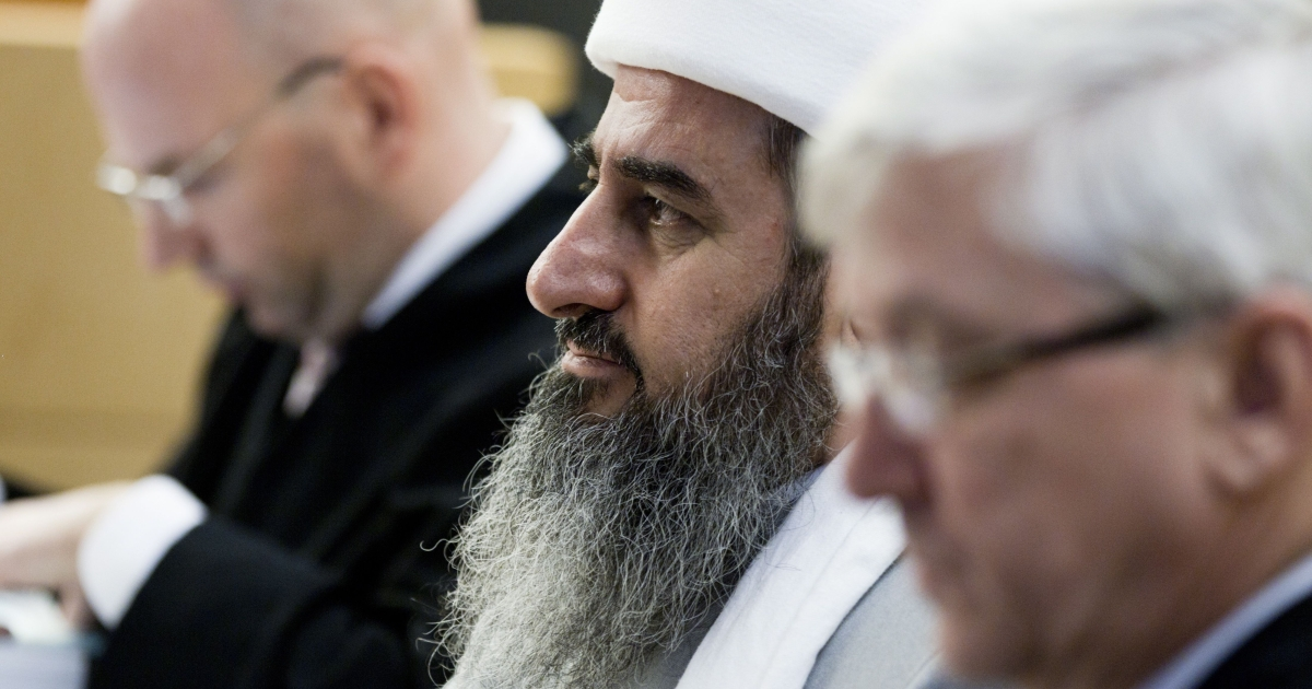 Mullah Krekar (C), founder of the Kurdish Islamist group Ansar al-Islam, sits between his lawyers in an Oslo court on February 15, 2012.</p>