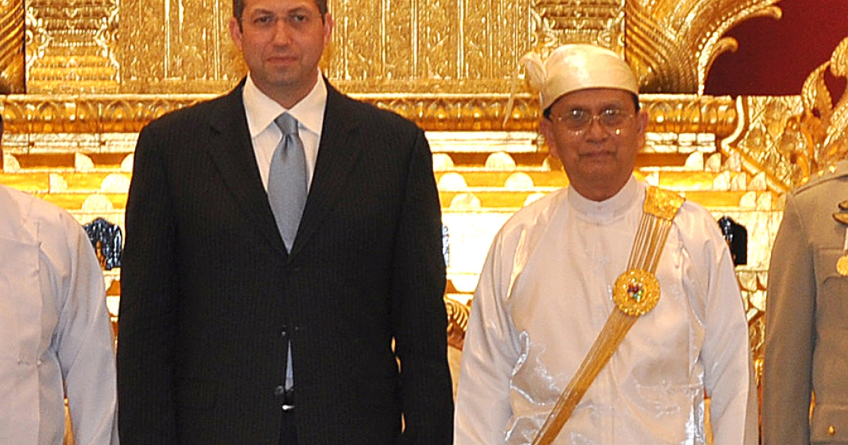 US coordinator for policy on Myanmar, Derek Mitchell (L) poses for a photograph next to Myanmar President Thein Sein at the President residence in Naypyidaw on July 11, 2012. Mitchell, the first US ambassador to Myanmar in over two decades will arrive to take up his post on July 11, 2012, US officials said, as dramatic reforms spur greater engagement with the longtime army-run nation.</p>