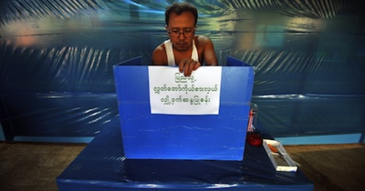 An Election Commission employee makes final preparations at a polling station in Yangon on March 31, 2012.</p>