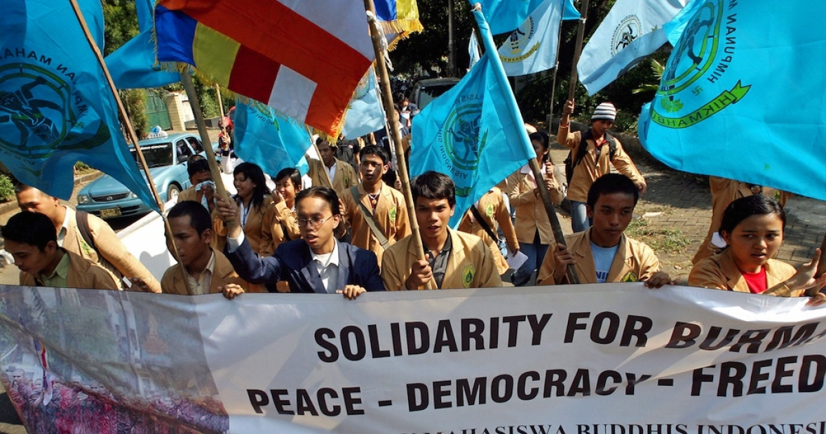 Buddhist students shout slogans during a demonstration in front of the Myanmar embassy in Jakarta. The students urged the Myanmar government not to suppress its citizens' call for freedom and democracy.</p>