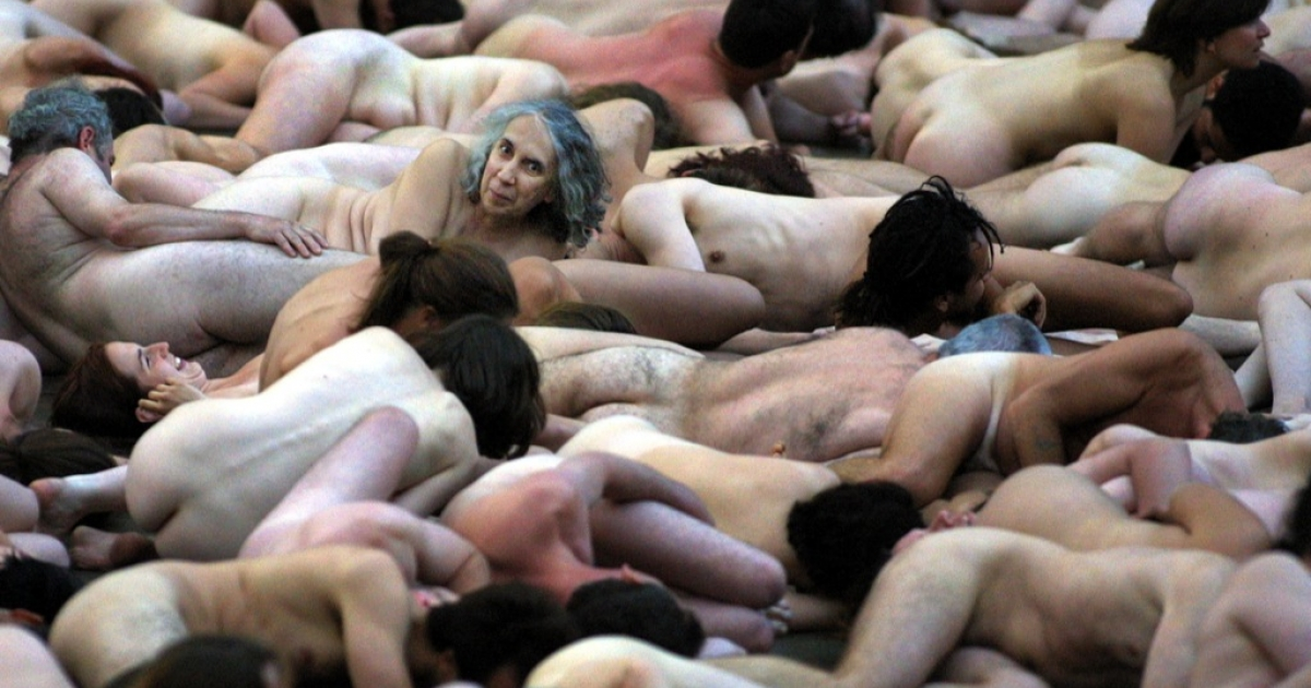 Some 1,000 Montrealers pose nude for a photo shoot in Montreal on May 26, 2001.</p>