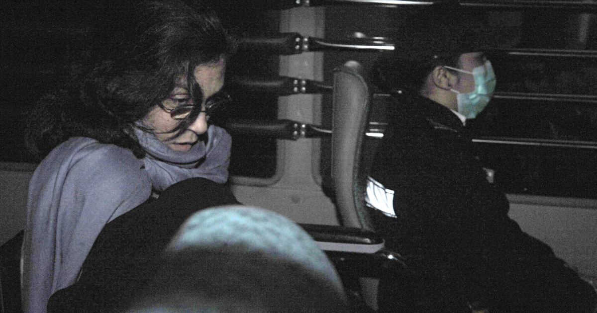 Nancy Kissel (L) leaves the High Court aboard a Correctional Services Department bus in Hong Kong on March 25, 2011. A Hong Kong jury convicted US housewife Kissel of murder over the 2003 killing of her banker husband, in a retrial of a lurid case dubbed the 'Milkshake Murder'. The Michigan-born mother-of-three won a new hearing last year into the killing of Robert Kissel, a senior executive at Merrill Lynch, after her 2005 murder conviction was quashed due to legal errors at the first trial.</p>