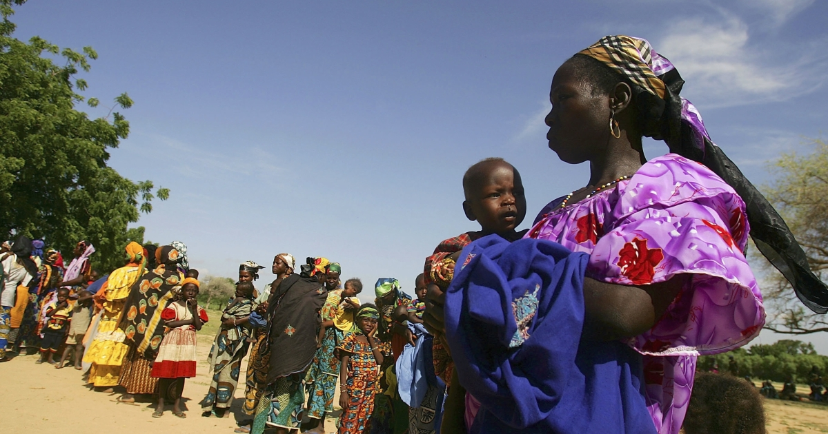TESSAOUA, NIGER:  Hundreds of women in Niger wait in line with their malnourished children to receive aid from the Save The Children Clinic on August 10, 2005.   A combination of severe drought and a locust plague caused that famine, which affected at least 2 million people in Niger alone.</p>