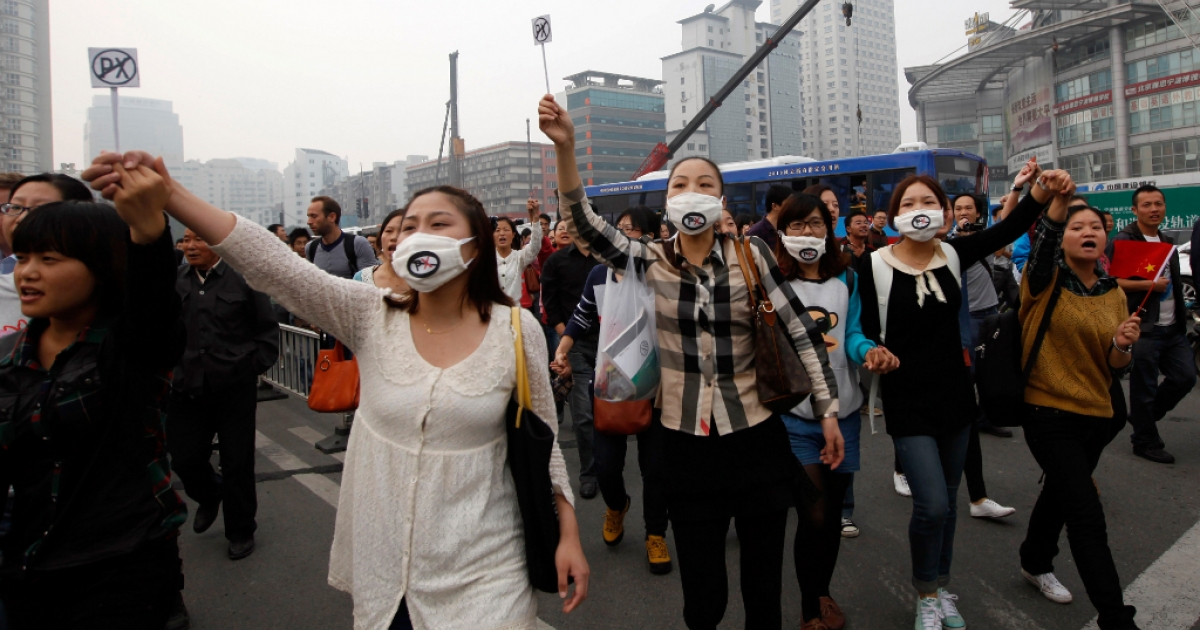 Chinese protesters march to protest against the construction of a 55.9 billion yuan (8.9 billion USD) chemical plant in Ningbo, east China's Zhejiang province on October 28, 2012. Authorities in east China ordered a security crackdown on October 28 after thousands of locals clashed with police during a protest over the construction of a chemical plant.</p>
