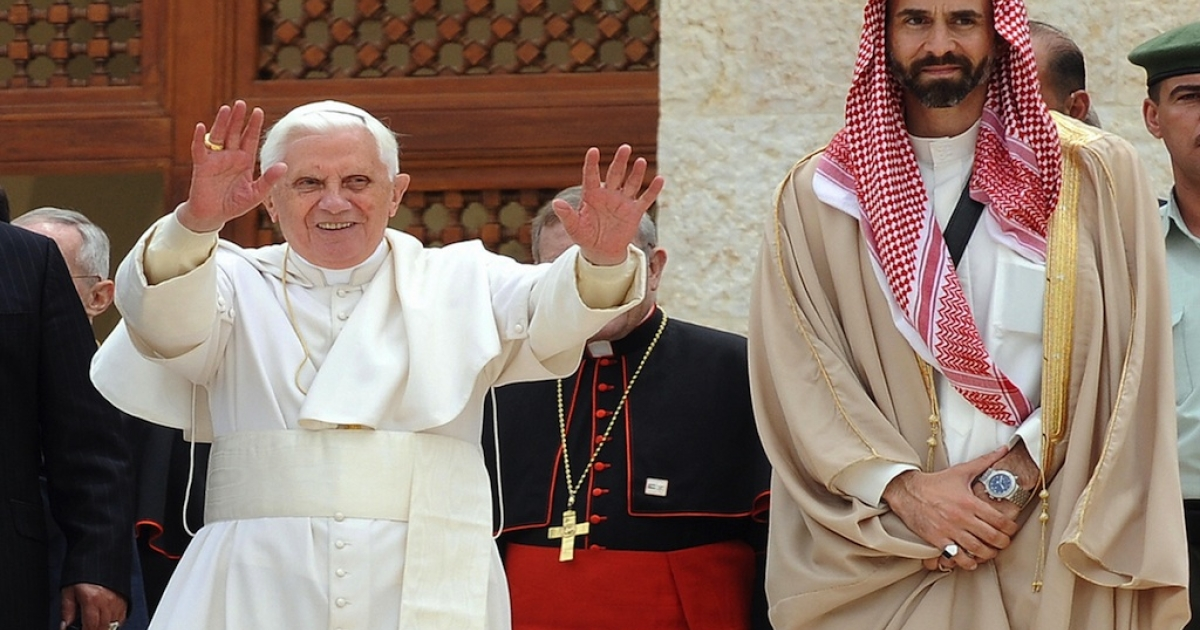 Pope Benedict XVI gestures after touring the museum of Al-Hussein Mosque in Amman with Jordanian Prince Ghazi bin Mohammed (R), King Abdullah II's cousin and advisor on religious affairs, on May 9, 2009.</p>