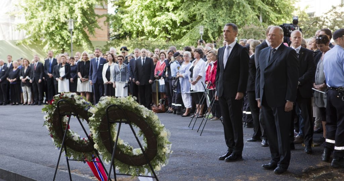 Norwegian King Harald (R) and Norway's Prime Minister Jens Stoltenberg (2nd R) attend a ceremony near the damaged government building in Oslo on July 22, 2012, to mark the first anniversary of twin attacks that killed 77 people in Oslo and on Utoeya island.</p>