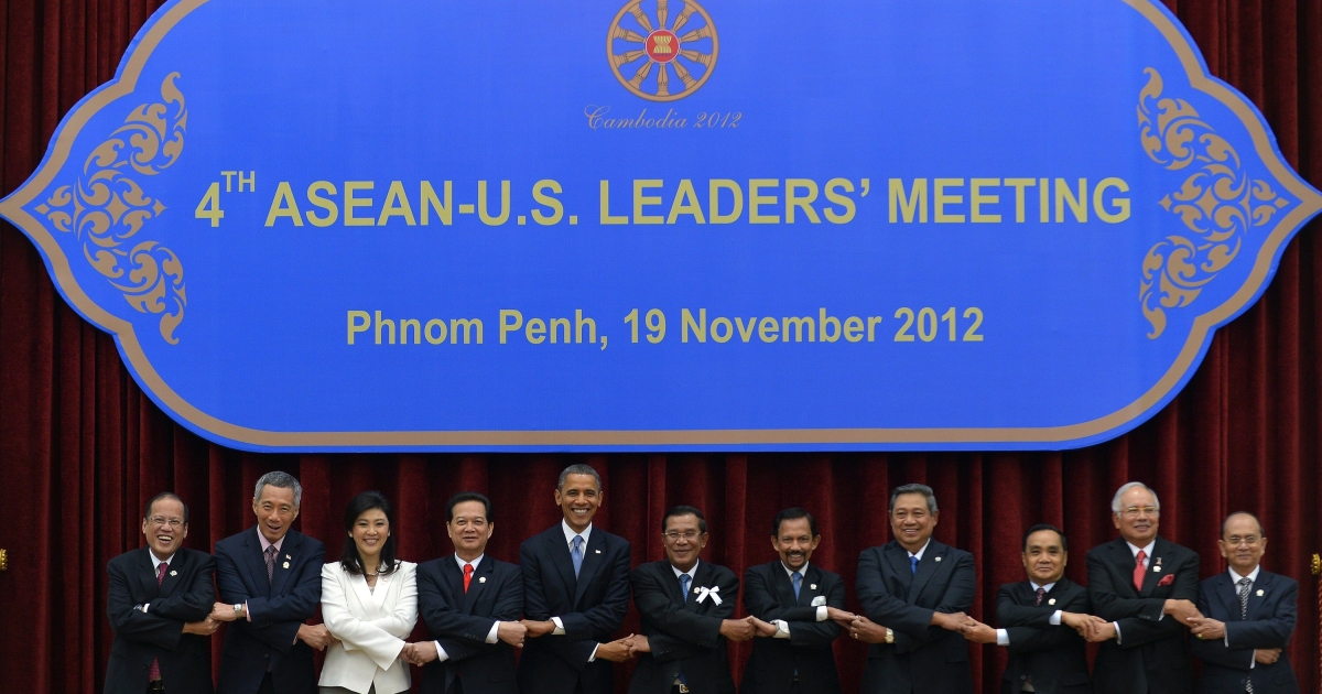 From left, Philippine President Benigno Aquino, Singapore Prime Minister Lee Hsien Loong, Thai Prime Minister Yingluck Shinawatra, Vietnamese Prime Minister Nguyen Tan Dung, US President Barack Obama, South Korean President Lee Myung Bak, Cambodian Prime Minister Hun Sen, Brunei Sultan Hassanal Bolkiah, Indonesian President Susilo Bambang Yudhoyono, Laos Prime Minister Thongsing Thammavong, Malaysian Prime Minister Najib Razak and Myanmar Deputy Foreign Minister Kan Zaw join hands together for a family photo session during the Association of Southeast Asian Nations (ASEAN) and Korea summit in Phnom Penh on Nov. 19, 2012.</p>