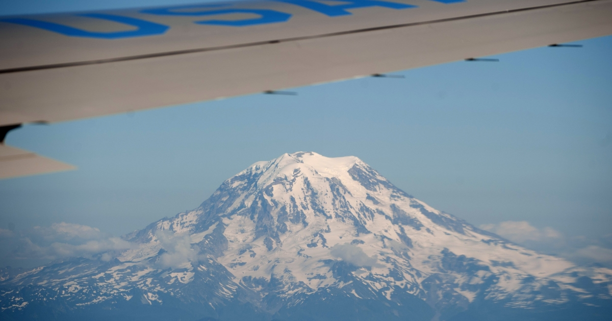 Mount Rainier is seen from Air Force One with US President Barack Obama aboard as he travels from Portland, Oregon to Seattle, Washington.</p>