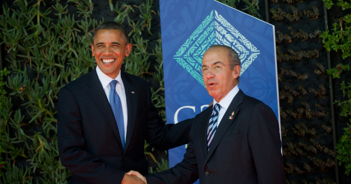 Outgoing Mexican President Felipe Calderon (R) welcomes US President Barack Obama to the G20 Summit of Heads of State and Government in Los Cabos, Baja California, Mexico on June 18, 2012.</p>