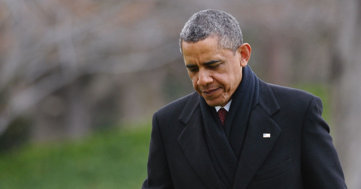 US President Barack Obama walks across the South Lawn upon return to the White House on December 27, 2012 in Washington, DC. Obama returned to Washington under pressure to forge a year-end deal with Republicans to avoid the tax hikes and spending cuts of the