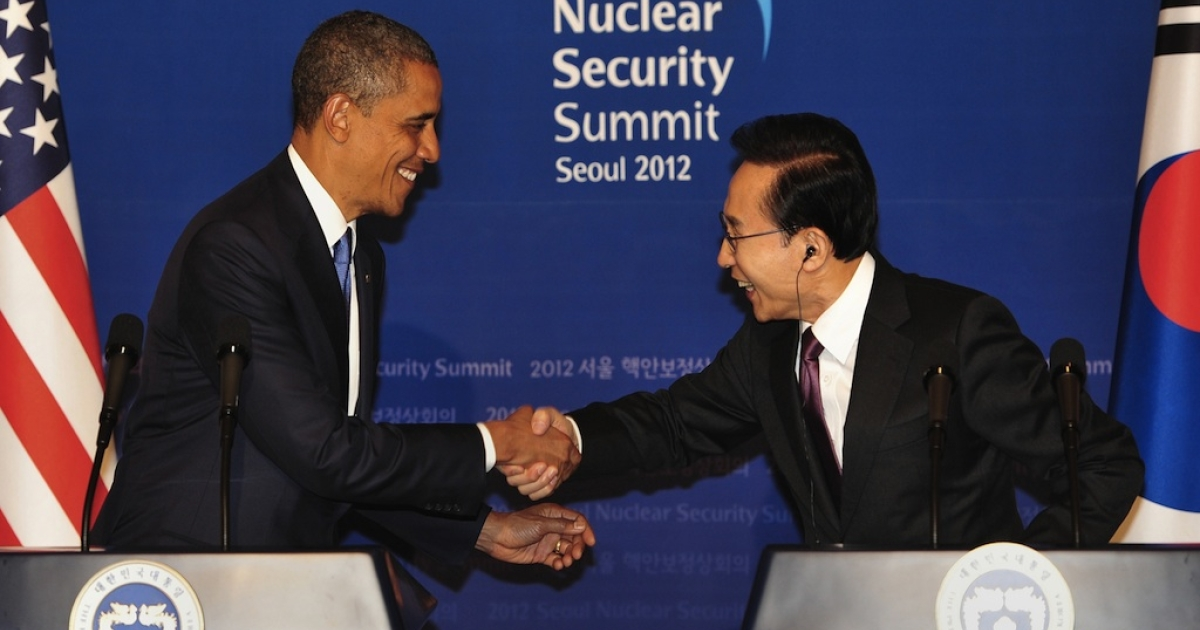 South Korean President Lee Myung-Bak (R) shakes hands with US President Barack Obama during a joint press conference following their meeting at the presidential Blue House in Seoul on March 25, 2012.</p>