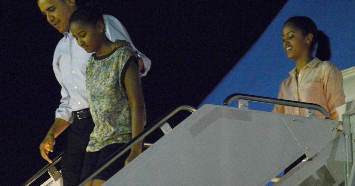 US President Barack Obama arrives with daughters Sasha and Malia Obama off Air Force One at Joint Base Pearl Harbor-Hickam in Honolulu, Hawaii.</p>