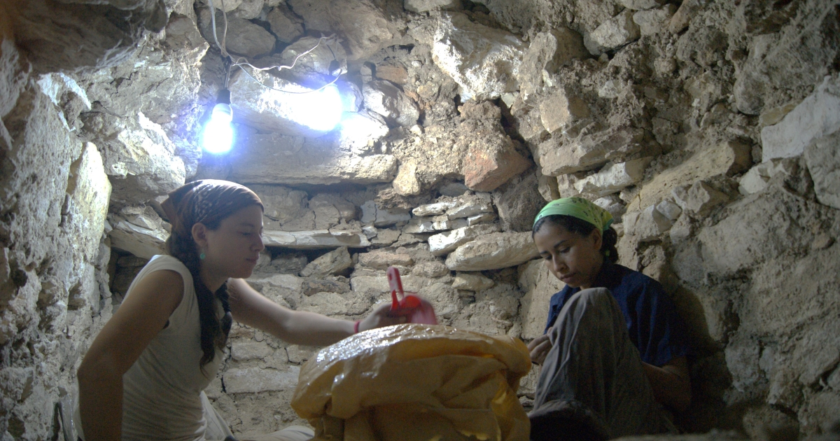 Archaeologists Olivia Navarro Farr and Griselda Griselda Perez work at the El Peru Waka site in Guatemala. Courtesy of Olivia Navarro-Farr.</p>