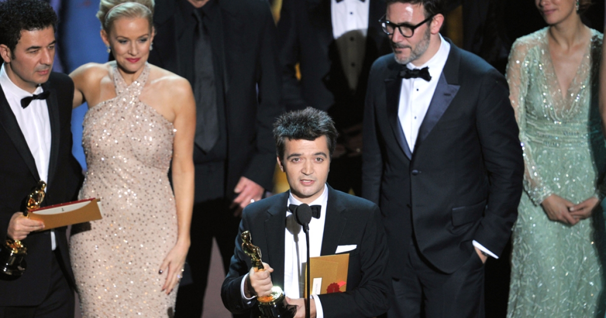 (L-R) Composer Ludovic Bource,actress Penelope Ann Miller, producer Thomas Langmann, director Michel Hazanavicius and actress Berenice Bejo accept the Best Picture Award for 'The Artist' onstage during the 84th Annual Academy Awards.</p>