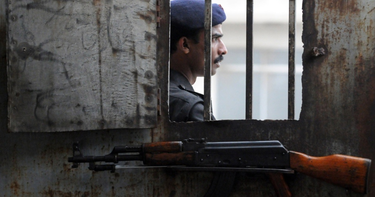 A Pakistani policeman stands at the gate of an anti-terrorism court in Karachi on Aug. 12, 2011.</p>