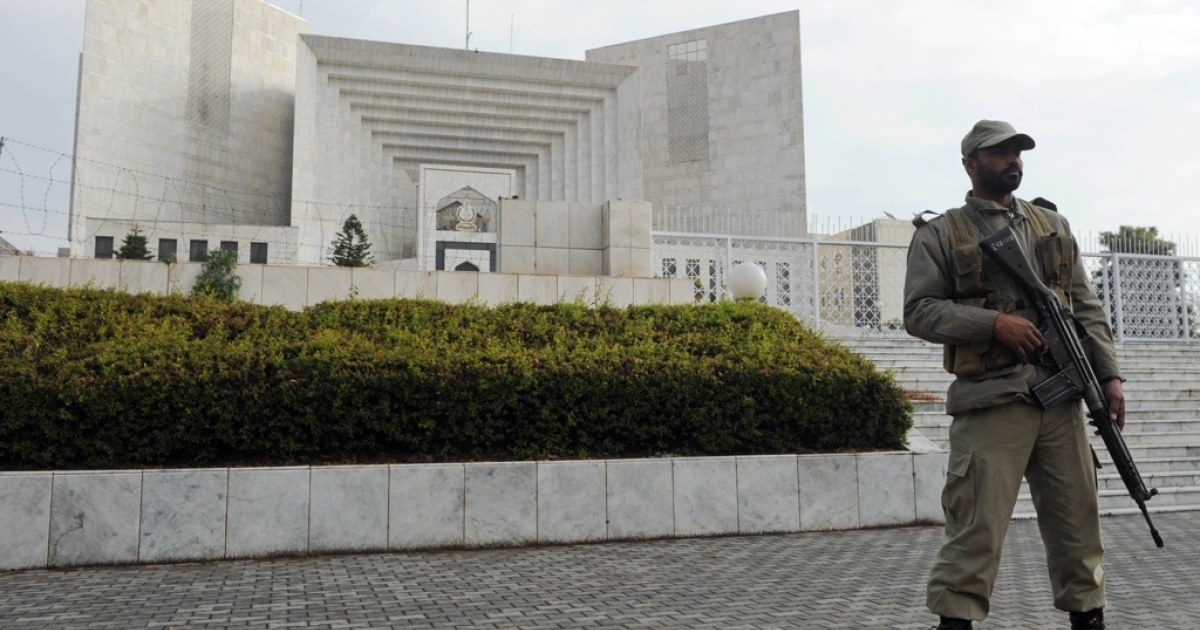 A Pakistani paramilitary soldier keeps watch outside the Supreme Court building during a high profile corruption case hearing in Islamabad on Jan. 16, 2012.</p>