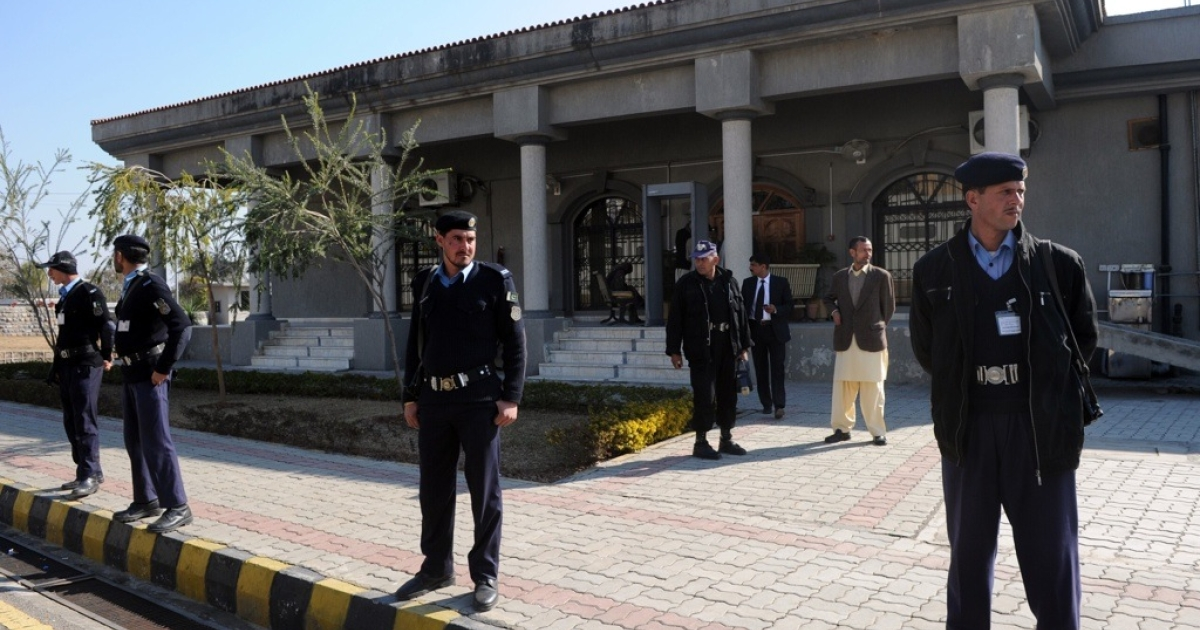 Pakistani policemen stand guard in front of the country's High Court.</p>