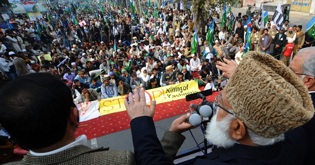 Qazi Hussain Ahmad (R), leader of Jammat-e-Islami Pakistan addresses the crowd during the Kashmir Solidarity Day rally in Lahore on February 5, 2011.</p>