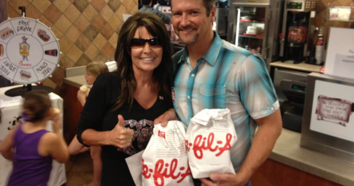 Former US vice presidential candidate Sarah Palin gave the thumbs up to Chick-fil-A amid the gay marriage controversy.</p>