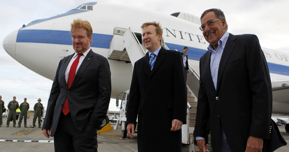 US Secretary of Defense Leon Panetta is welcomed to Auckland, New Zealand, on Sept. 21, 2012, by New Zealand's Minister of Defense Jonathan Coleman (C) and US Ambassador to New Zealand David Huebner (L).</p>