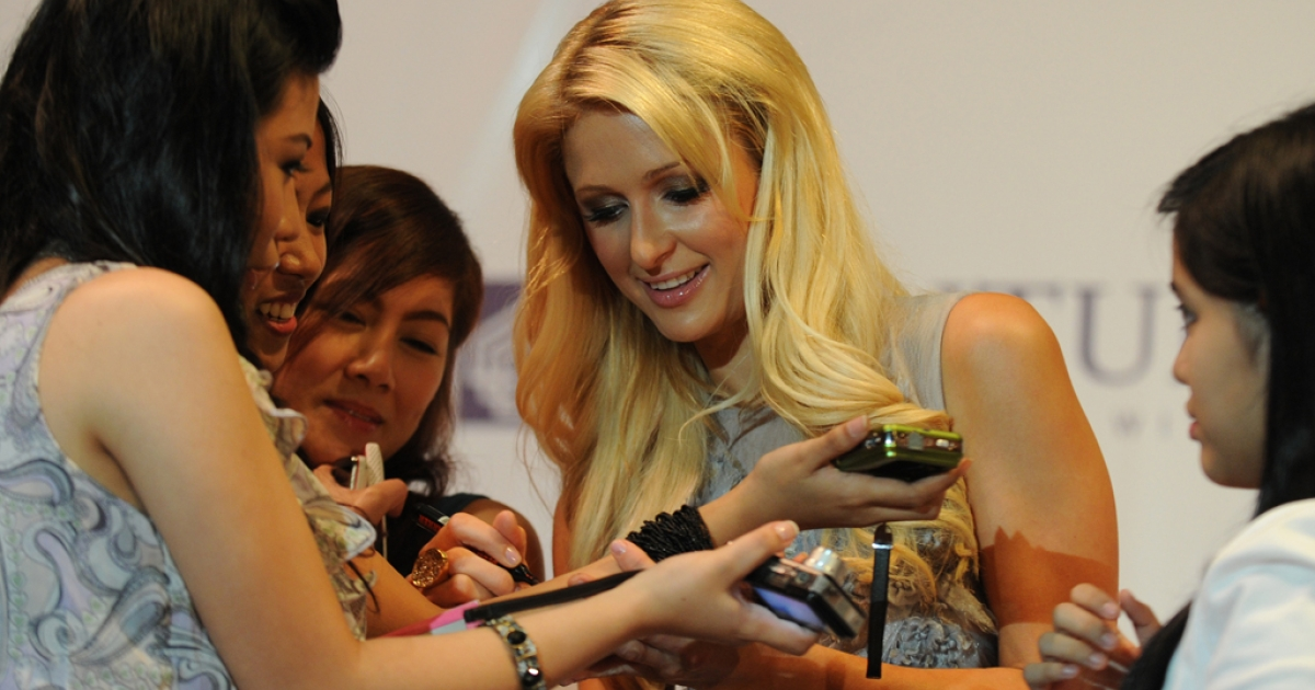 Celebrity socialite Paris Hilton signs autographs in the financial district of Manila on Aug. 17, 2011.</p>