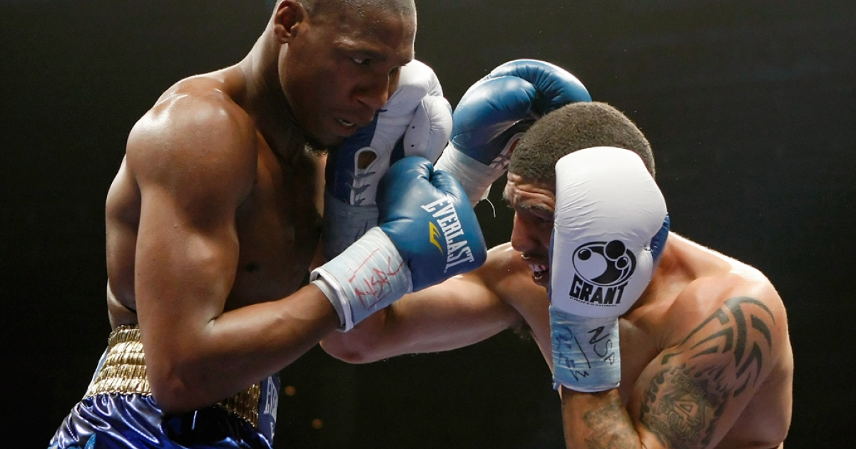 Paul Williams (L) and Winky Wright trade blows in the fifth round of their middleweight bout at the Mandalay Bay Events Center April 11, 2009 in Las Vegas. Williams won by unanimous decision. (Photo by Ethan Miller/Getty Images)</p>