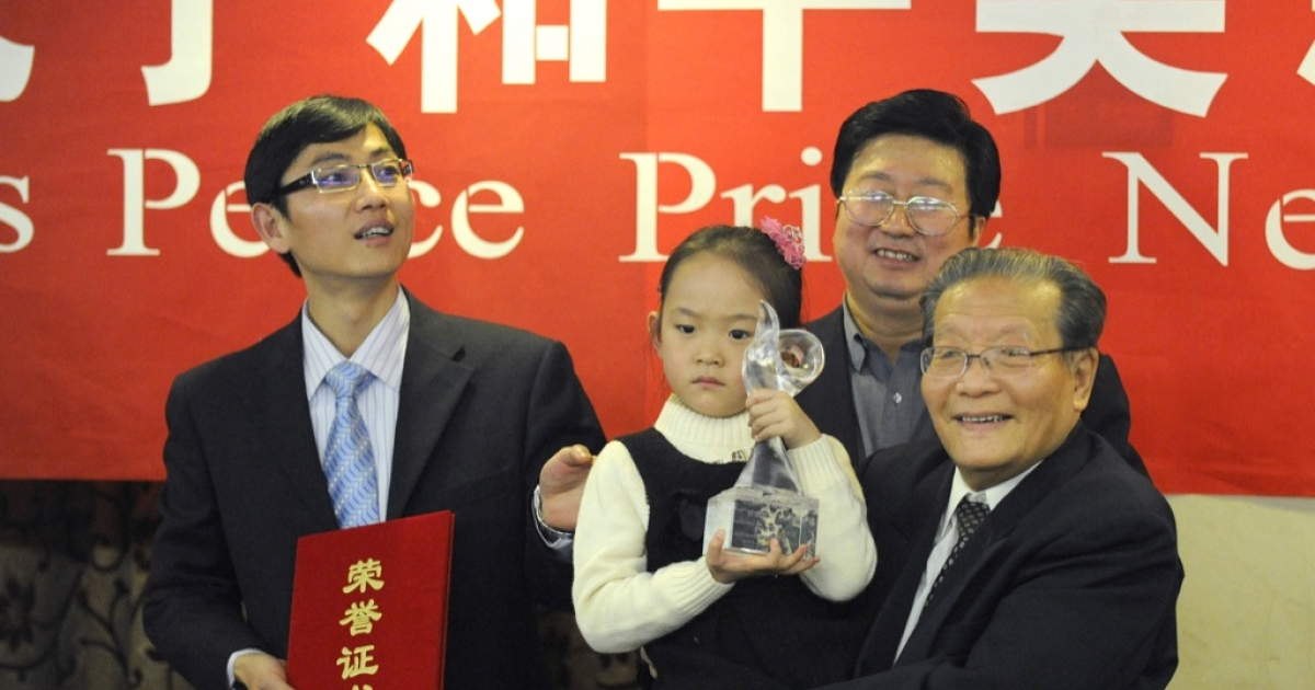 Zeng Yuhan holds the trophy for the winner of the Confucius peace prize, former Taiwan Vice President Lien Chan at the 2010 Confucius Peace Prize award ceremony and its press conference in Beijing on December 9, 2010.</p>