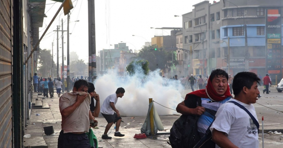 Riot police fire tear gas at protesters during riots at a La Parada market in Lima, on October 25, 2012. Two people were killed and 100 more wounded when clashes erupted Thursday as thousands of police moved in to relocate a crowded wholesale food market in Lima, officials said. The fighting began when the Lima municipality placed concrete blocks at the entrance to the La Parada market to prevent trucks from entering, leading traders to hurl stones in protest and police to respond with tear gas.</p>