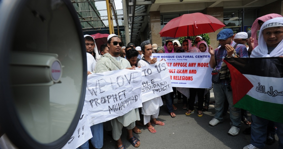 Philippine Muslims pray during a protest over the controversial 'Innocence of Muslims' movie, in front of the US embassy in Manila on Sept. 24, 2012. Hundreds of Muslims in the Philippines protested before the US embassy, calling for a ban on an inflammatory anti-Islam film that sparked deadly riots in other countries.</p>