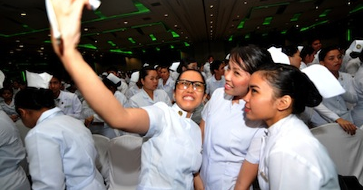 Filipina nurses pose at a mass oathtaking ceremony for nurses who passed the July 2010 nursing licensure examination, at a convention center in Manila on September 20, 2010.</p>