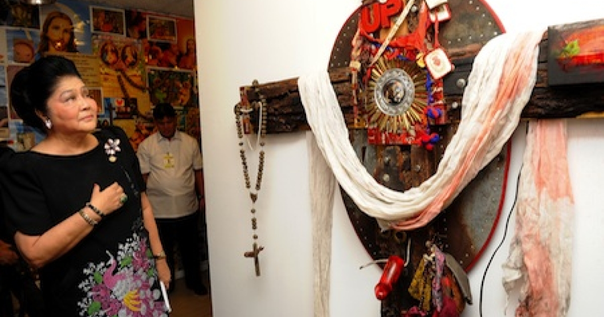 Former Philippine first lady Imelda Marcos, widow of the late dictator Ferdinand Marcos, views a controversial art piece on exhibit at the government-owned Cultural Center of the Philippines (CCP) in Manila on August 8, 2011. Church groups have threatened to file charges against the center if the art is not withdrawn.</p>