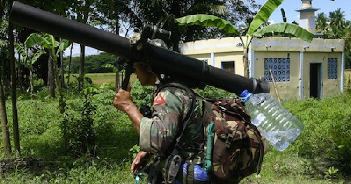 A Filipino soldier totes a recoilless rifle in Datu Saudi Ampatuan town in the southern Philippines in 2008.</p>
