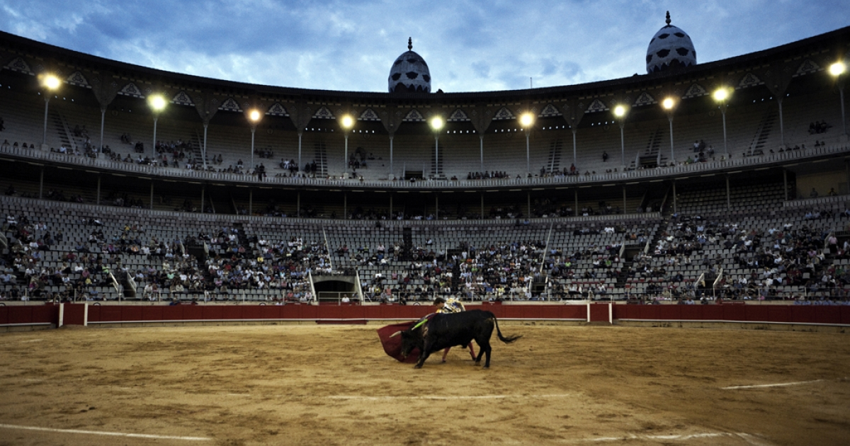 Julian Lopez makes a pass on a bull, June 6, 2010.</p>