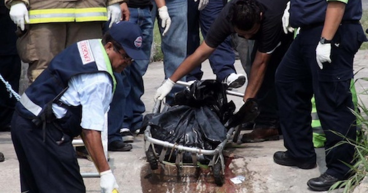 Firefighters and rescuers retrieve plastic bags with the corpses of two news photographers who had disappeared Wednesday afternoon in Veracruz.</p>