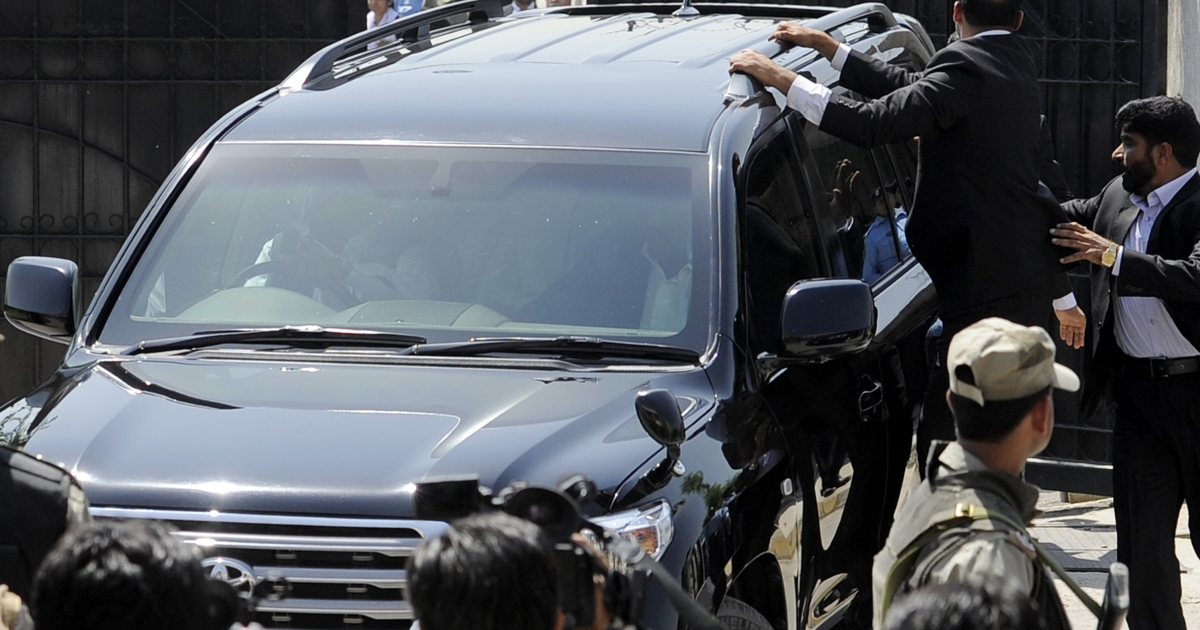 Pakistani commandos escort a vehicle carrying former Pakistani president Pervez Musharraf as he leaves the court premises following the order for his arrest in Islamabad on April 18, 2013.</p>