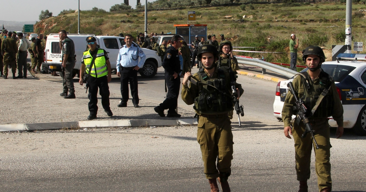 Israeli security forces gather near the site where an Israeli settler was stabbed in the Tapuah junction near the northern West Bank city of Nablus, on April 30, 2013.</p>