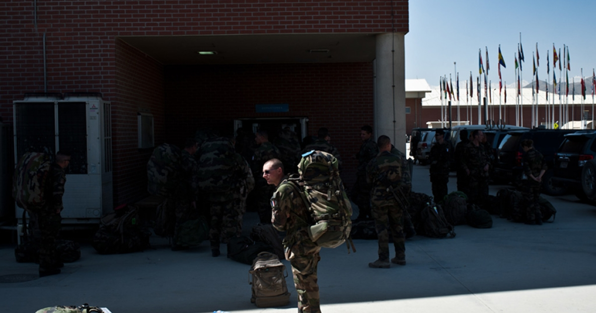 A French soldier shoulders his rucksack for his flight home from Kabul.</p>