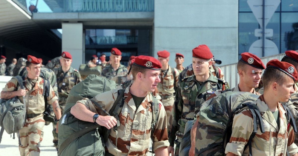 Soldiers of the first Parachute Chasseur Regiment of Pamiers and of the 35th Parachute Artillery Regiment of Tarbes arrive from Mali, at the Toulouse-Blagnac airport, southwestern France, on April 11, 2013. The first French soldiers came back from Mali on April 11, marking the gradual withdrawal of the French troops.</p>